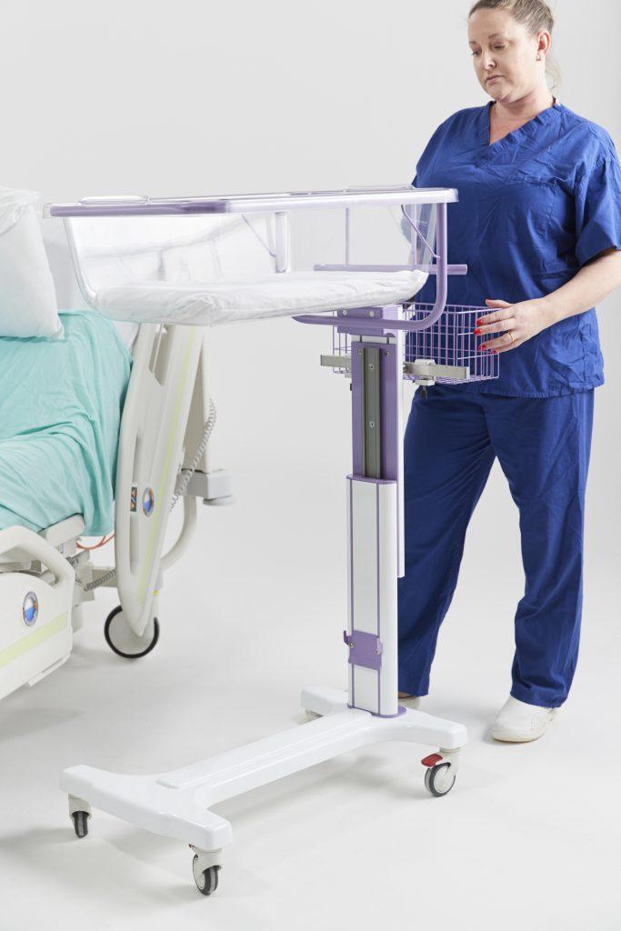 Adjustable baby crib in midwifery unit