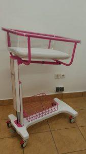 Hospital baby crib for postnatal care